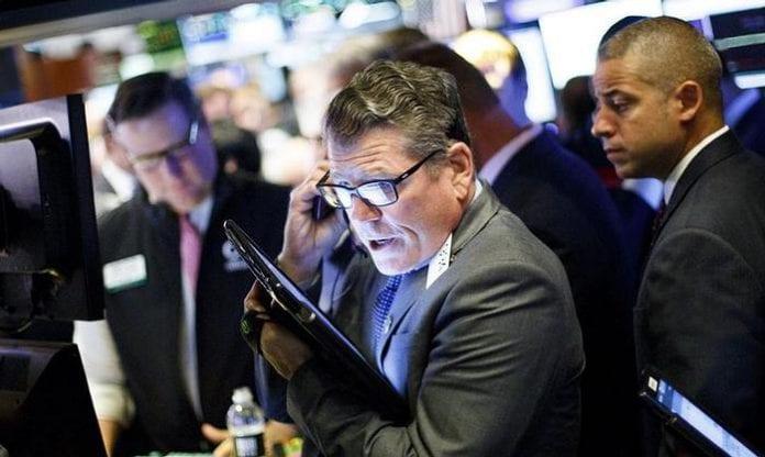 Wall Street cierra en negativo con agitación en Washington, ganancias a la vista