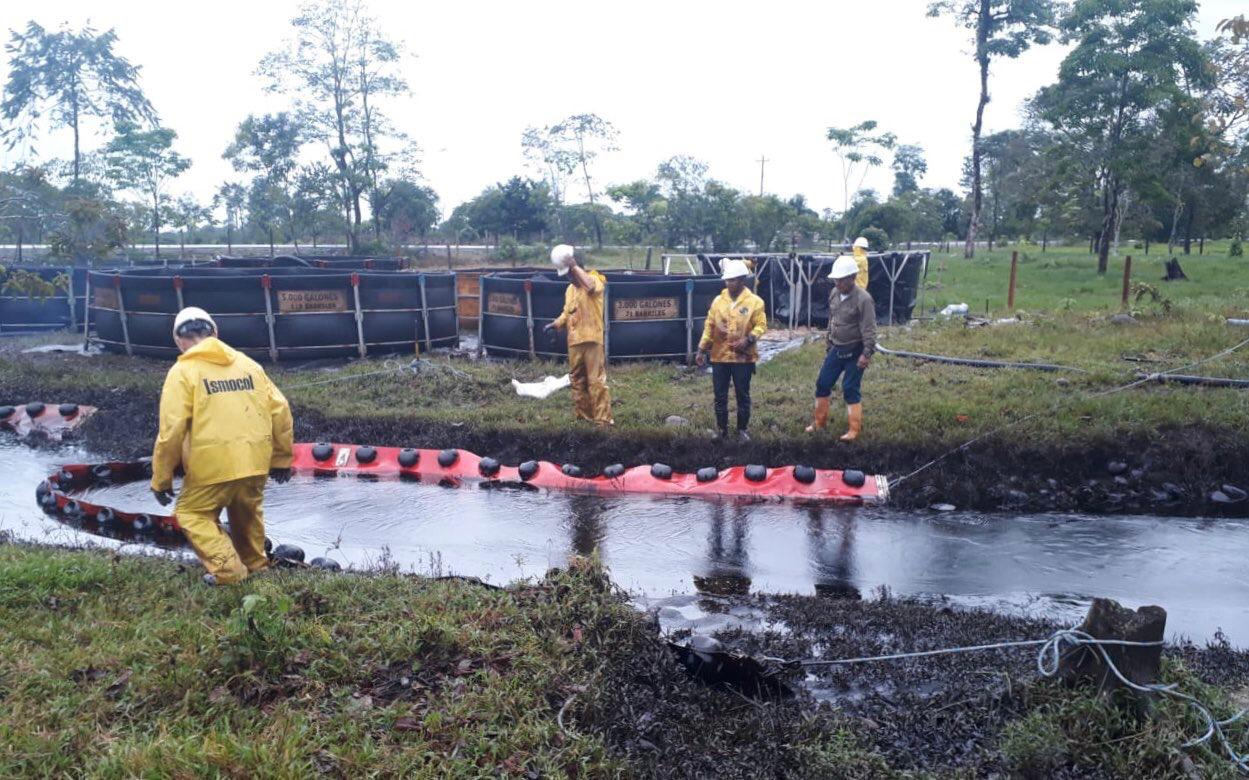 Autoridades de Colombia controlan derrame petrolero por ataque del ELN