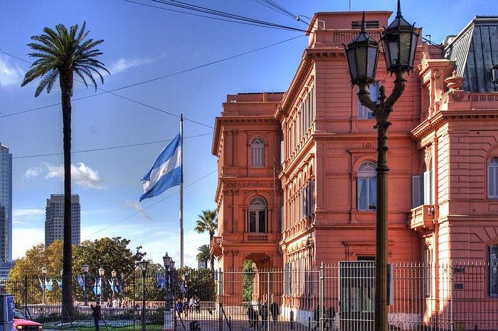 Argentina limita transacciones al extranjero; provincia de Buenos Aires amplía renegociación de su deuda